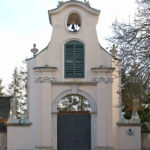 Elewacja frontowa rokokowej bramy wjazdowej – dzwonnicy wybudowanej w 1780 r., stan po remoncie w 2007 r.