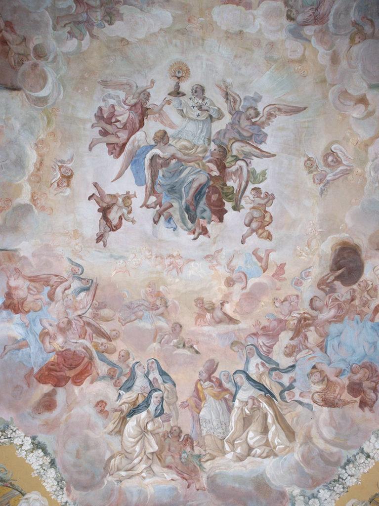 Fresk sufitowy kościoła, przedstawiający adorację Najświętszego Sakramentu przez św. Norberta i św. Augustyna wśród białego orszaku norbertańskich zakonnic