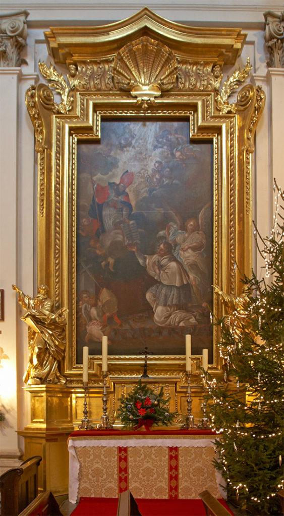 Ołtarz boczny przedstawiający św. Norberta przyjmującego regułę zakonną z rąk św. Augustyna. Po bokach figury św. Mateusza (napisał Ewangelię, głosił Słowo Boże w Etiopii i tam został ścięty) i św. Szymona zwanego Gorliwym z linijką (był drugim – po św. Jakubie – biskupem Jerozolimy, został przecięty piłą)