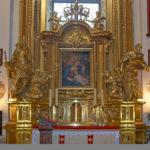 Ołtarz boczny Matki Bożej z Dzieciątkiem w prezbiterium świątyni. Po bokach stoją posągi św. Piotra z kluczami i św. Pawła z mieczem