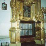 """Ołtarz boczny św. Gertrudy w prezbiterium (tzw. komunijny, gdyż tutaj przez okratowane okienko siostry przyjmują Komunię św.). Rzeźby ołtarzowe przedstawiają: św. Andrzeja z krzyżem w kształcie litery """"X"""" (poniósł śmierć męczeńską w Grecji ok. 60 r.) i św. Judę Tadeusza (bliski krewny Chrystusa, działał w Palestynie, gdzie ok. 63 r. napisał list apostolski)"""