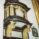 Ambonka, jedna z czterech, nadwieszonych na ścianach prezbiterium