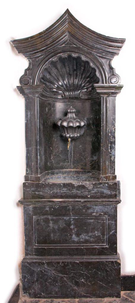 Renesansowy, marmurowy lawaterz w zakrystii kościoła klasztornego