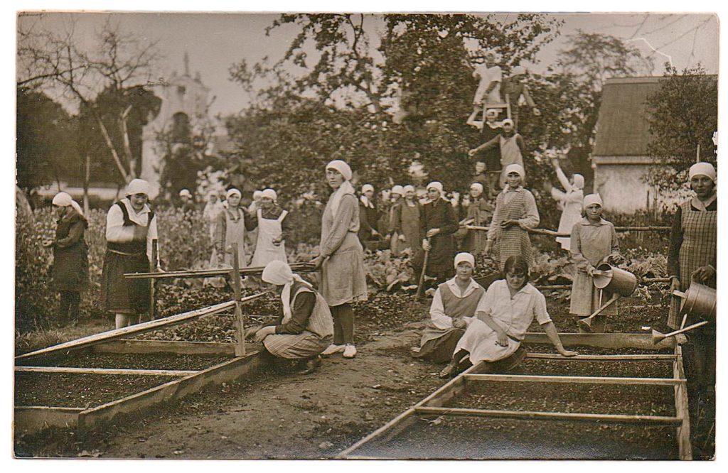 Uczennice szkoły przyklasztornej w trakcie zajęć praktycznych z ogrodnictwa (fotografia ok. 1926 r.)